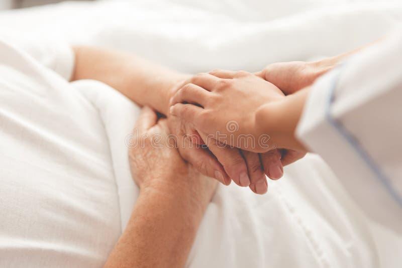 Viejo hombre en hospital imagen de archivo