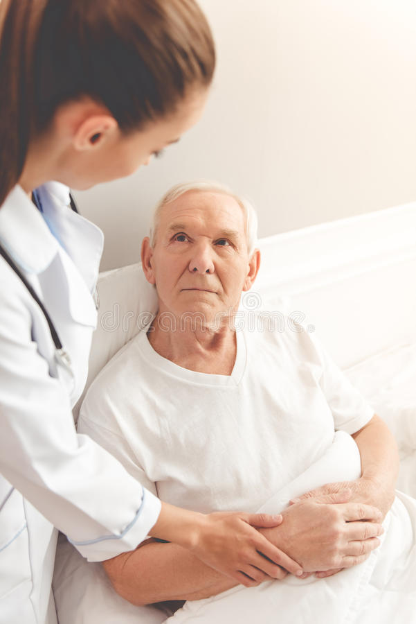 Viejo hombre en hospital foto de archivo