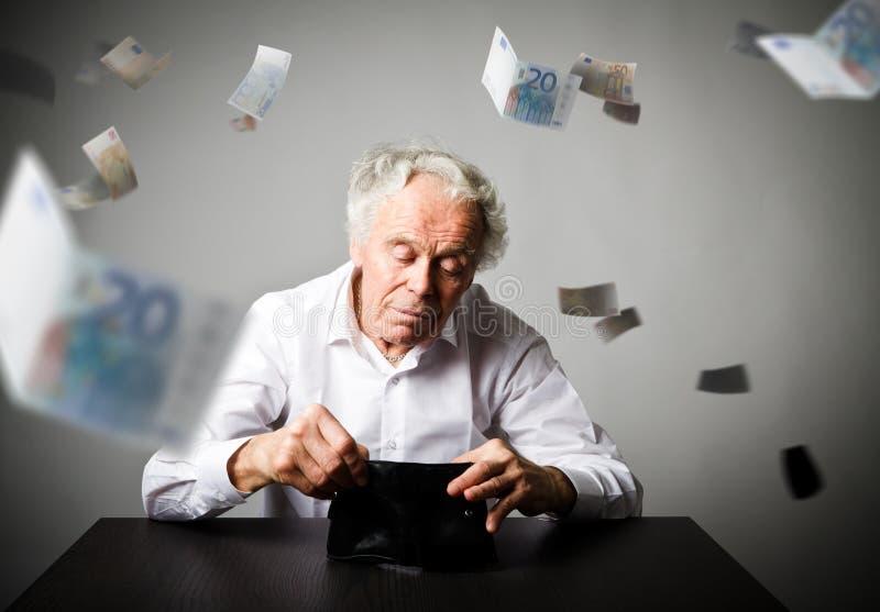 Viejo hombre en la cartera blanca y vacía Estadísticas e impuestos fotos de archivo libres de regalías