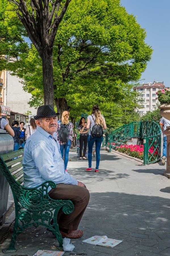 Viejo hombre en las ropas casuales que descansan sobre el banco imagenes de archivo