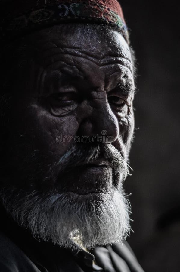 Viejo hombre en sombra en Tayikistán imagenes de archivo