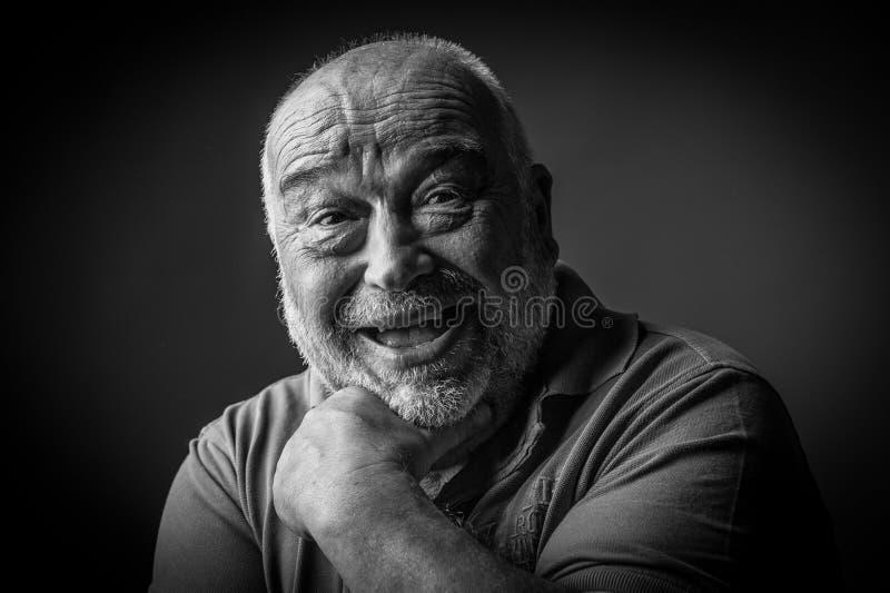 Viejo hombre feliz que parece extraño imagen de archivo