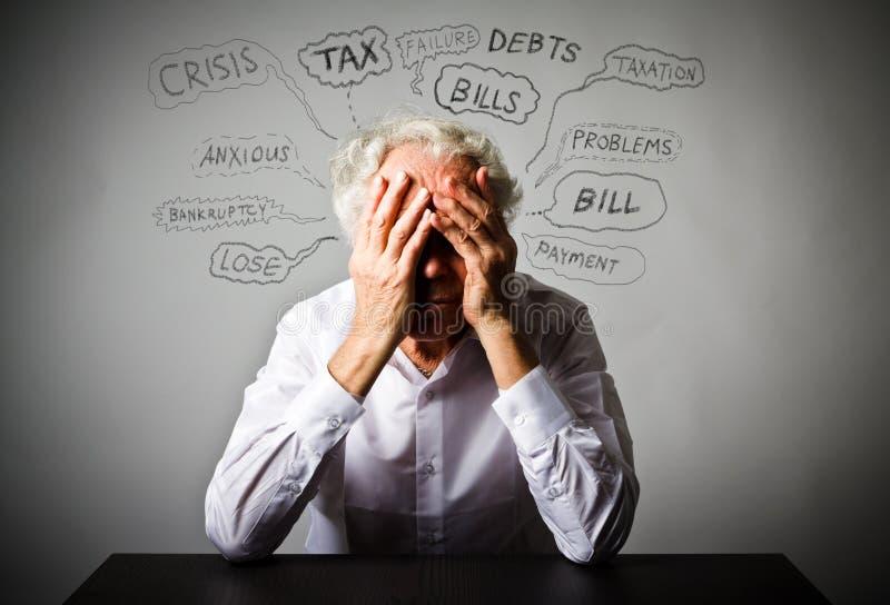 Viejo hombre frustrado en blanco Muchos problemas imagen de archivo libre de regalías