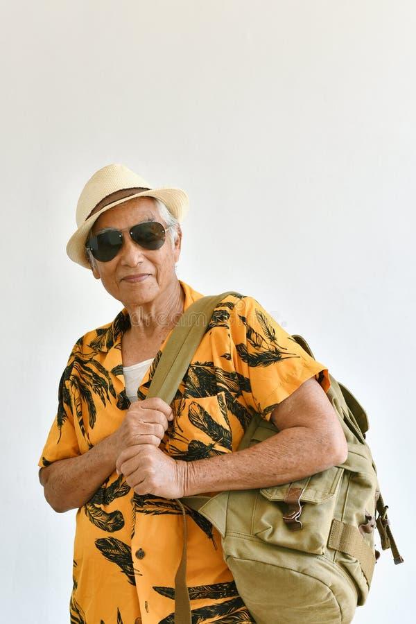 Viejo hombre mayor asiático en camisa colorida con la mochila foto de archivo libre de regalías