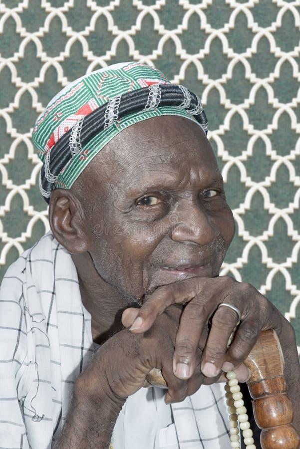 Viejo hombre musulmán en la mezquita imagenes de archivo