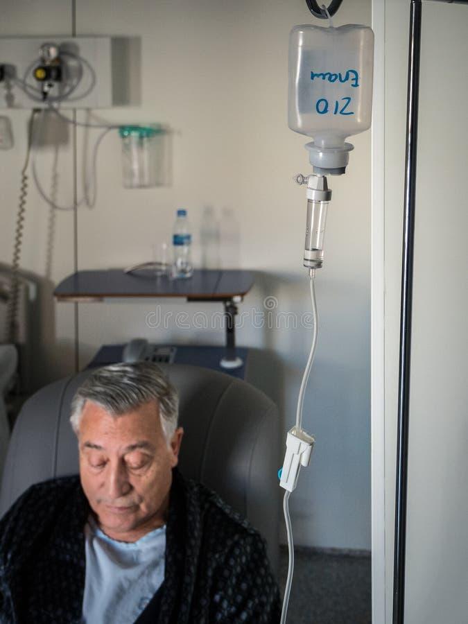 Viejo hombre paciente con un catéter en el hospital imagen de archivo