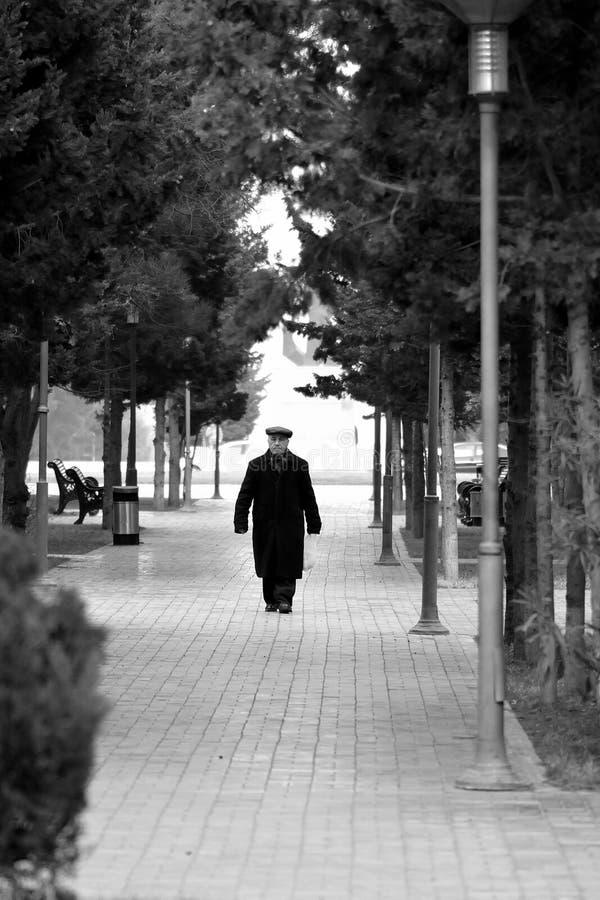 Viejo hombre que camina en Sumgait, Azerbaijan imagen de archivo libre de regalías