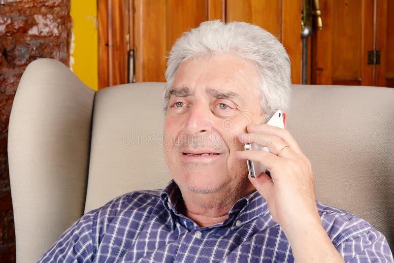 Viejo hombre que habla en el teléfono fotografía de archivo