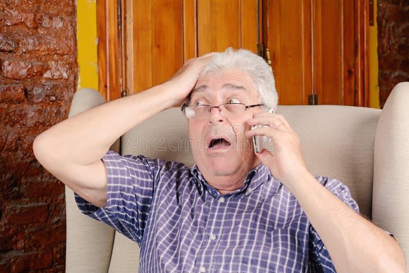 Viejo hombre que habla en el teléfono imágenes de archivo libres de regalías