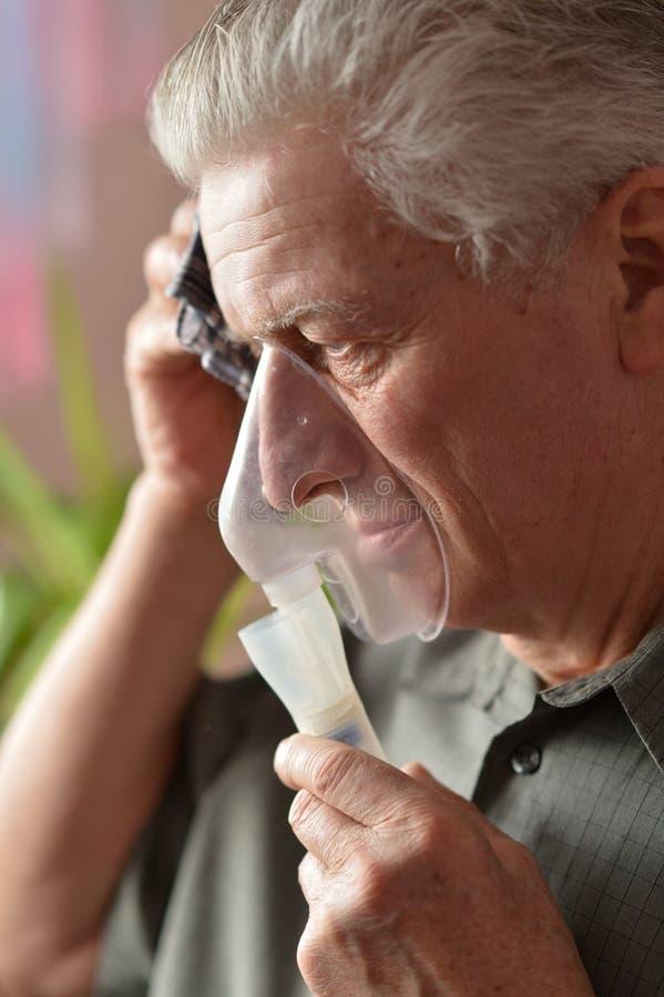 viejo hombre que hace la inhalación imágenes de archivo libres de regalías