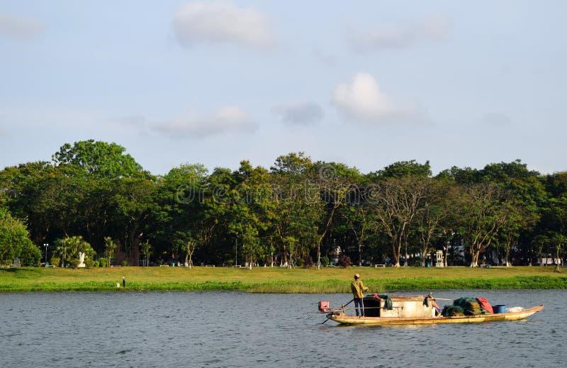 Viejo hombre que rema en el delta del río Mekong, Vietnam, Asia imagen de archivo
