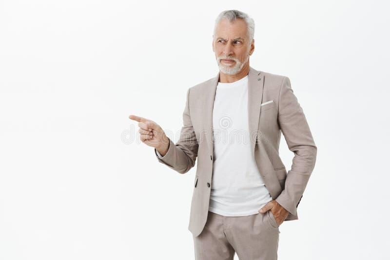 Viejo hombre que se pregunta a qué ese individuo hasta Retrato del hombre rico mayor sospechoso con la barba blanca y del bigote  imagenes de archivo