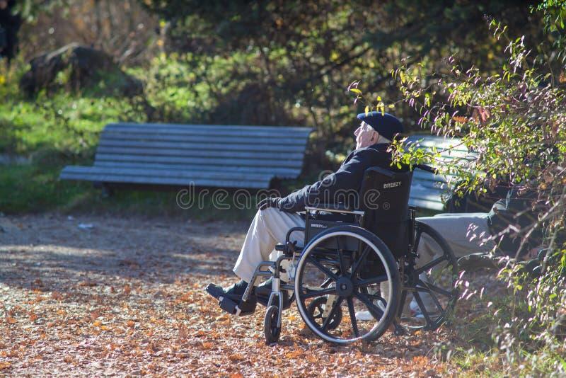 Viejo hombre que se sienta en sillón de ruedas imagen de archivo libre de regalías