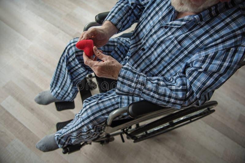 Viejo hombre que sufre de soledad foto de archivo libre de regalías