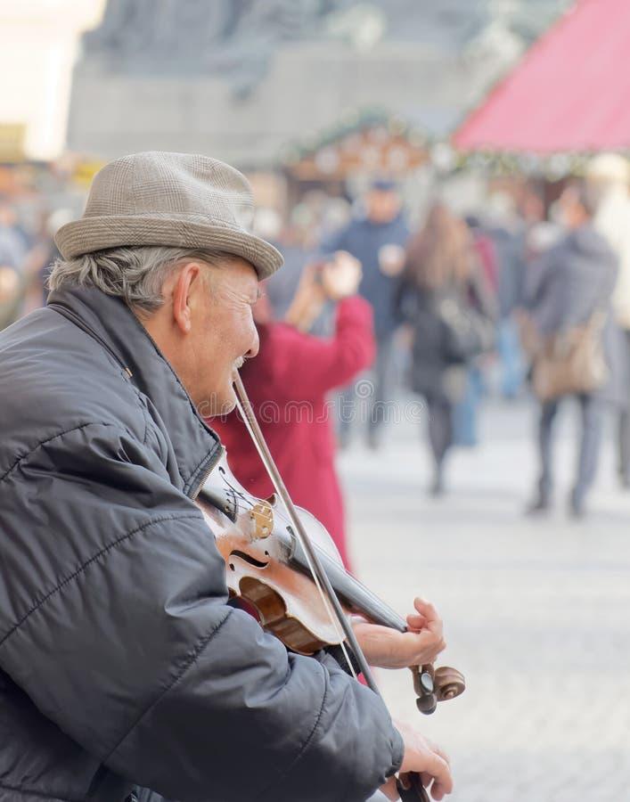 Viejo hombre que toca el violín fotografía de archivo