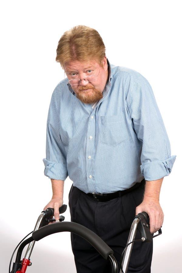 Viejo hombre que usa al caminante imagen de archivo libre de regalías