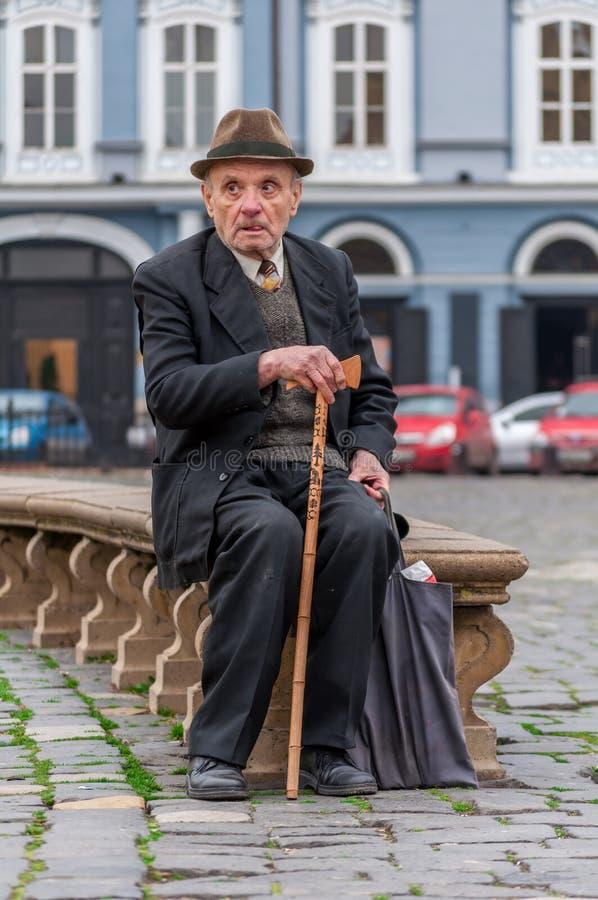 Viejo hombre que usa un bastón imagenes de archivo