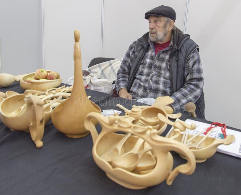 Viejo hombre que vende artesanía en madera en Nizhny Novgorod, Federación Rusa imagenes de archivo