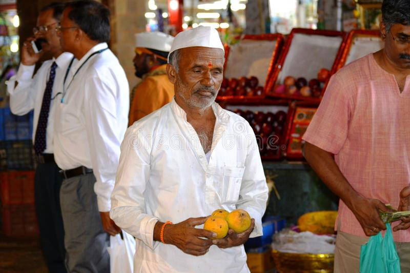 Viejo hombre que vende el ` s del mango en la calle de Bombay, la India imagen de archivo libre de regalías