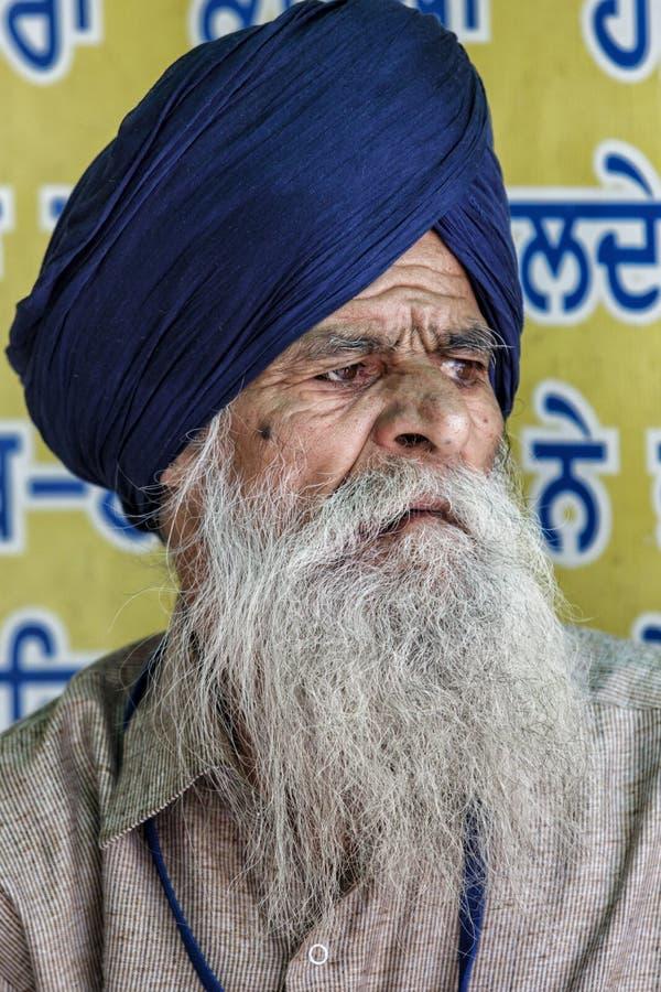 Viejo hombre que visita el templo sikh de Gurdwara foto de archivo