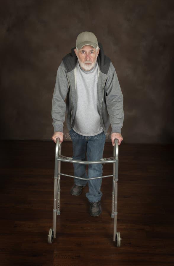 Viejo hombre resuelto con el caminante imagen de archivo libre de regalías