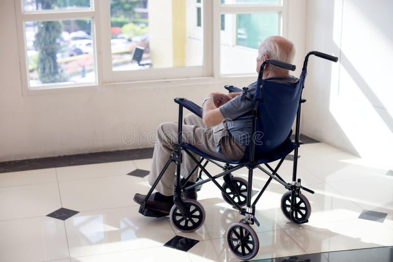 viejo hombre solo imagen de archivo