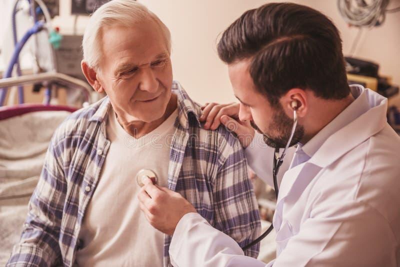 Viejo hombre y doctor imagenes de archivo