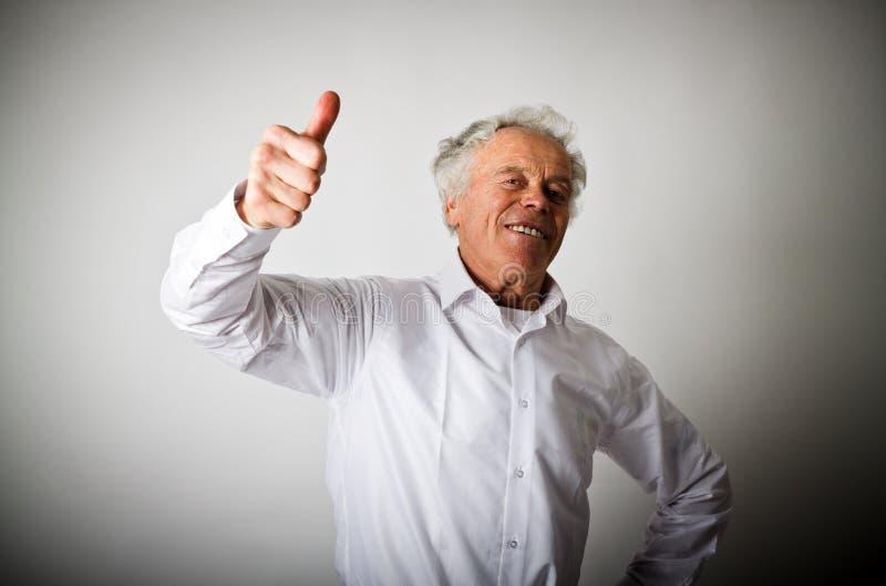 Viejo hombre y muestra de la aprobación foto de archivo