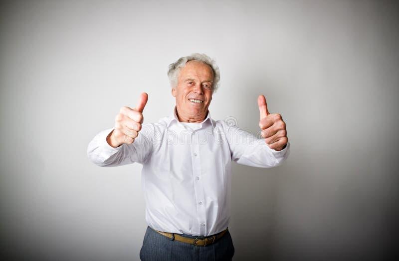 Viejo hombre y muestra de la aprobación fotografía de archivo libre de regalías