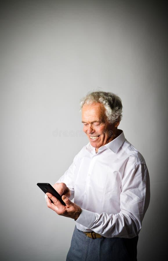 Viejo hombre y teléfono elegante imágenes de archivo libres de regalías
