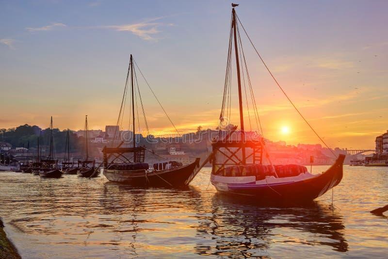 Viejo horizonte de la ciudad de Oporto en el río del Duero con los barcos del rabelo en la puesta del sol foto de archivo libre de regalías
