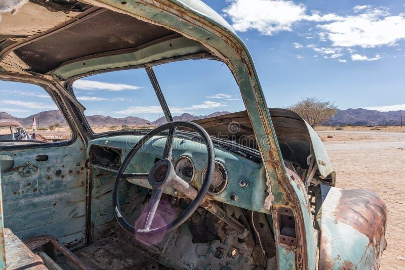 Viejo interior abandonado del coche en el desierto de Namibia coloque conocido como solitario fotos de archivo libres de regalías