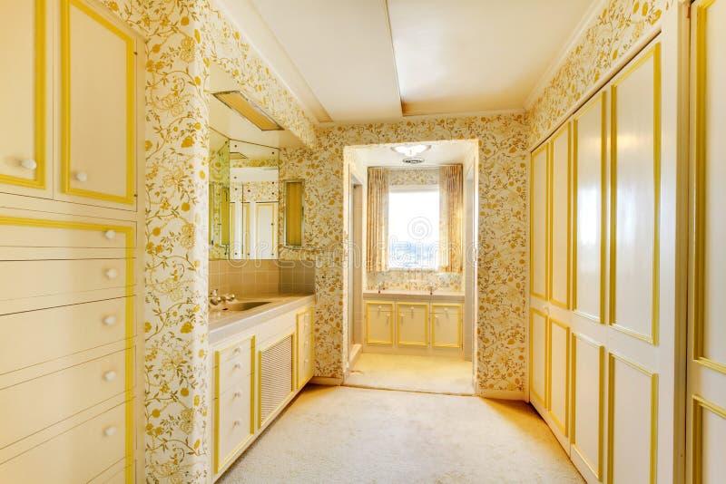 Viejo interior americano clásico del cuarto de baño de la antigüedad de la casa con el papel pintado y la alfombra foto de archivo