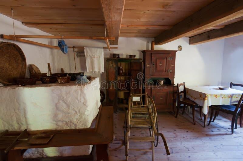 Viejo interior de madera de la casa imagenes de archivo