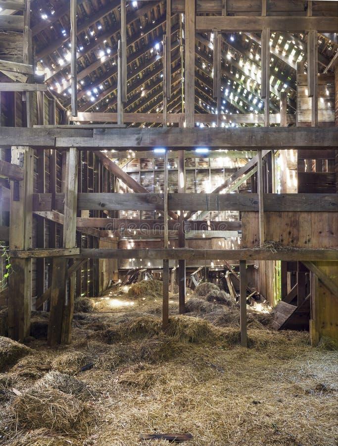 Viejo Interior Del Granero Del Marco De Madera Imagen de archivo ...