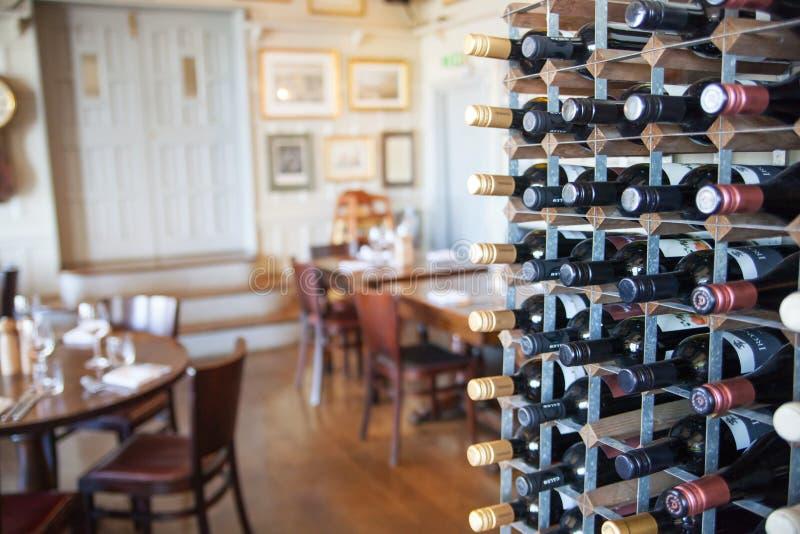 Viejo interior inglés del bar del victorian Ajustes de la madrugada sin gente foto de archivo libre de regalías