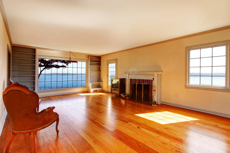 Viejo interior vacío grande de la sala de estar con la chimenea. fotografía de archivo
