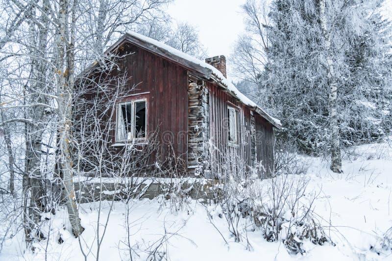 Viejo invierno abandonado Suecia de la casa de la madera imagenes de archivo
