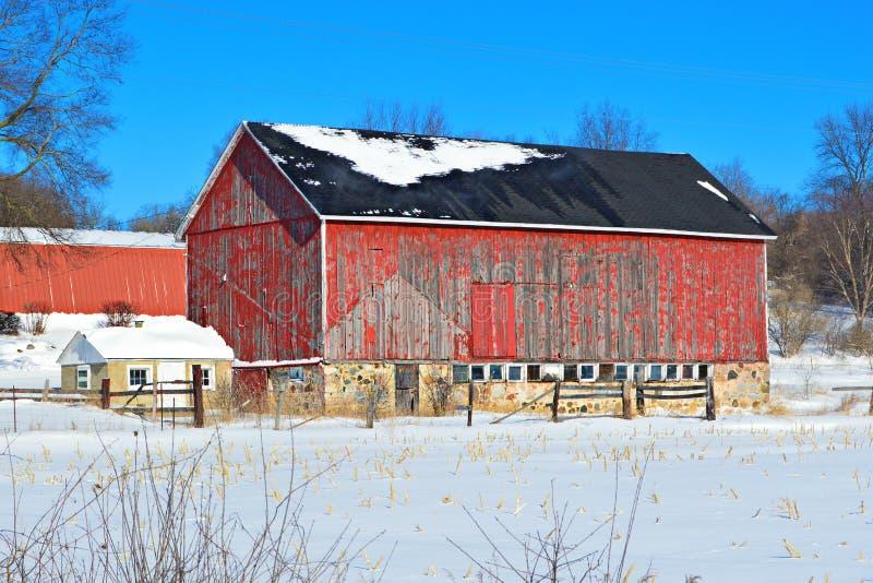 Viejo invierno rojo del granero foto de archivo libre de regalías