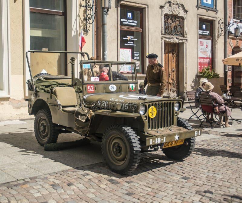 Viejo los militares del jeep de Willys del americano aparcamiento imagenes de archivo
