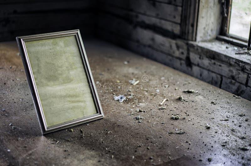 Viejo marco de la foto del vintage en la tabla en sitio abandonado imagenes de archivo