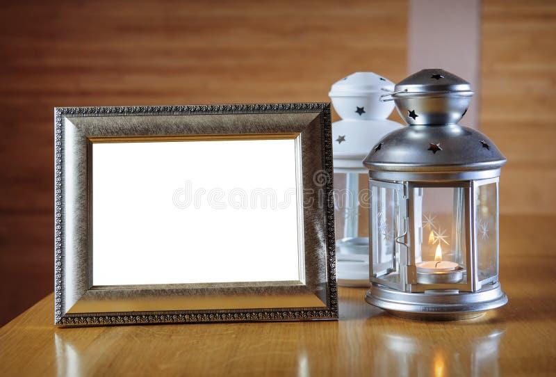 Viejo marco de la foto en la tabla de madera foto de archivo libre de regalías