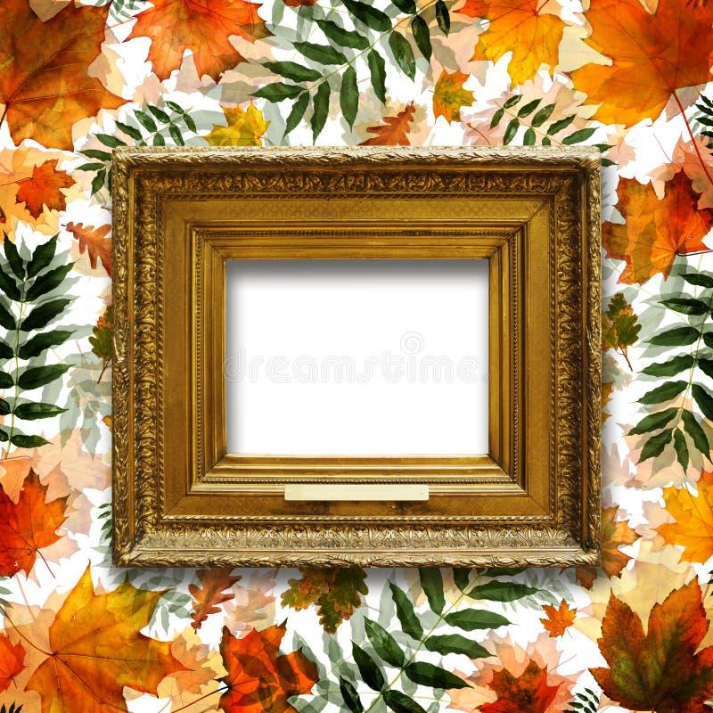 Viejo, marco de madera del oro del vintage en el fondo de las hojas de otoño foto de archivo libre de regalías