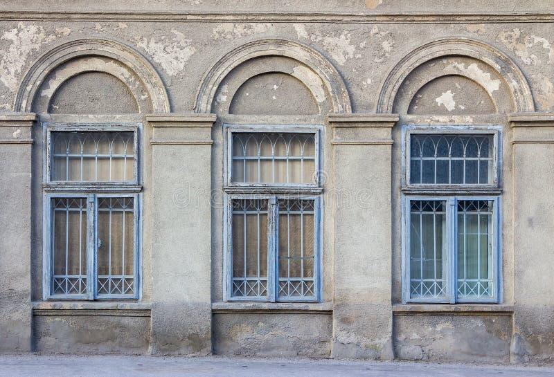 Viejo marco de ventana en la pared agrietada fotografía de archivo