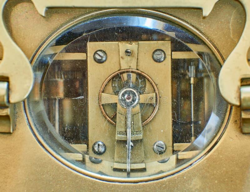 Viejo mecanismo de bronce del reloj imagenes de archivo