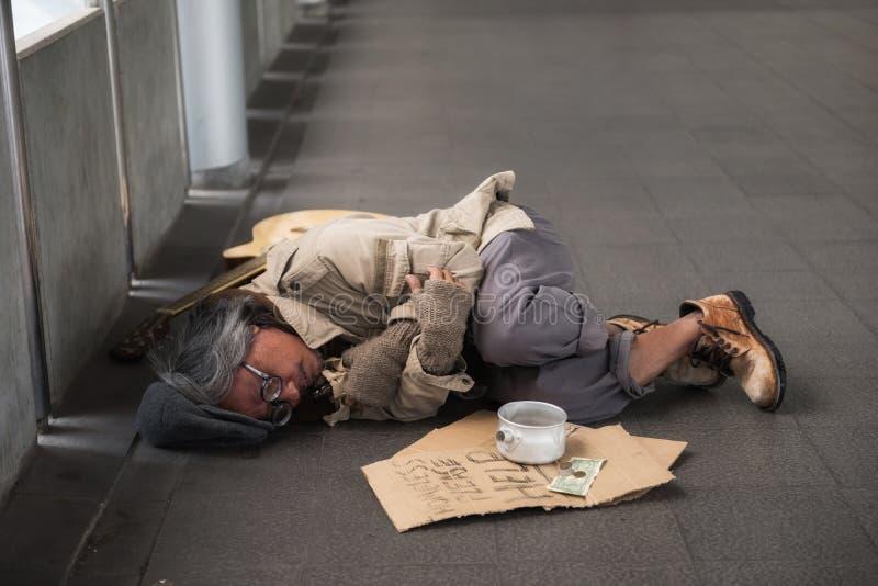 Viejo mendigo enfermo u hombre sin hogar en ciudad fotos de archivo libres de regalías