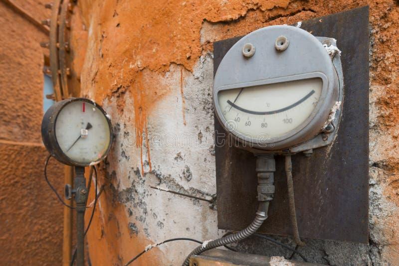 Viejo metro de la temperatura en una central eléctrica fotos de archivo