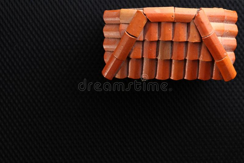 Viejo modelo de la casa del tejado fotografía de archivo