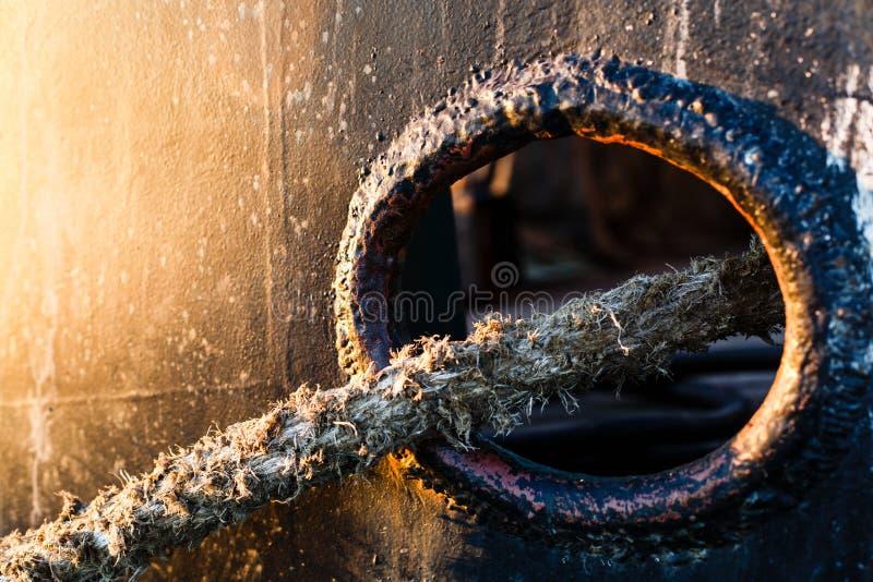 Viejo moho de las cuerdas en la nave vieja Honda de la cuerda fotos de archivo