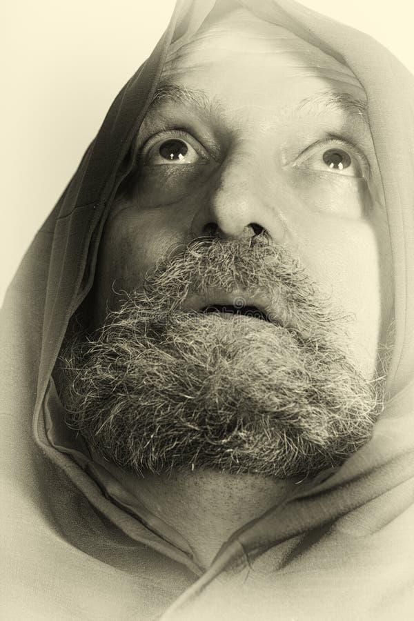 Viejo monje santo del capuchón de la tarjeta del rezo con la barba fotos de archivo libres de regalías